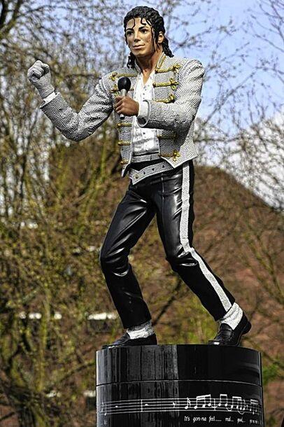 Знаменитую статую Майкла Джексона в Лондоне решили снести