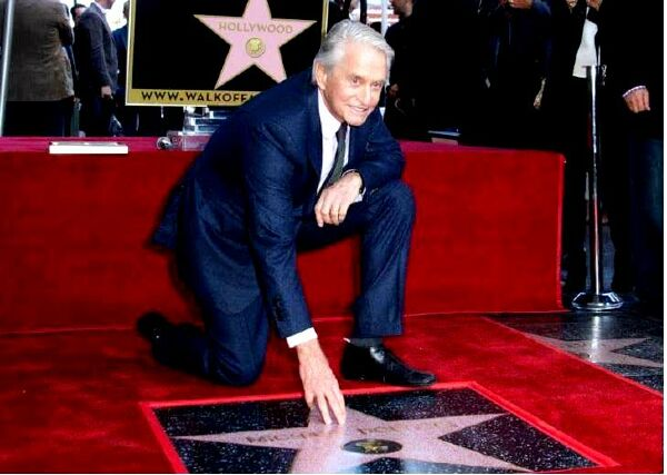 Майкл Дуглас получил долгожданную звезду на Аллее славы