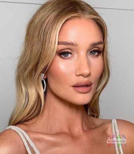 Работа девушка модель для макияжа в москве стильняшка школьная форма 2019